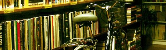 Fahrrad an Buchwand gelehnt